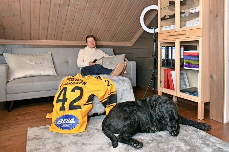 Yläkerrassa on Samin oma soppi. – Täällä voin tapittaa vaikka koko yön NHL-lähetyksiä, isäntä myhäilee Jäbä-koira ja Kasperi-poikansa KalPan pelipaita vierellään.