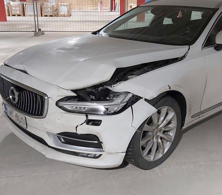 Peura osui auton vasempaan etukulmaan.