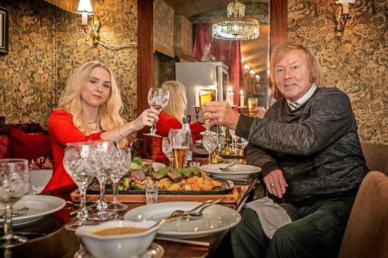 – Tämä nainen on kovasti mieltynyt blineihin. Siksi illallistamme toisinaan Helsingissä venäläisravintola Troikassa. Vien hänet mielelläni ulos syömään.