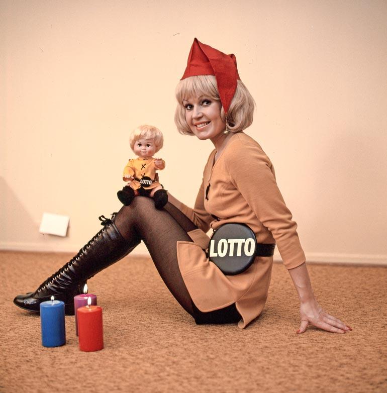 Koska Lotto oli 1970-luvulla ihmisille vieras peli, sitä markkinoitiin lottotytön avulla. Hilkka kiersikin Suomea Hangosta Ivaloon.