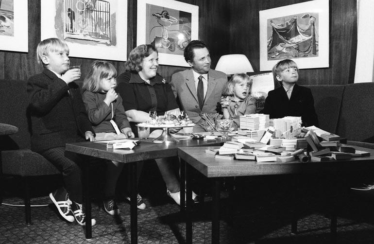 Suomen ensimmäinen lottomiljonääri Hilkka Pylkkö poseerasi perheineen Veikkauksen kuvaajalle Nivalassa vuonna 1973. Olohuoneen pöydällä oli huomattavan muikea kattaus seteleitä ja pikkusuolaista.
