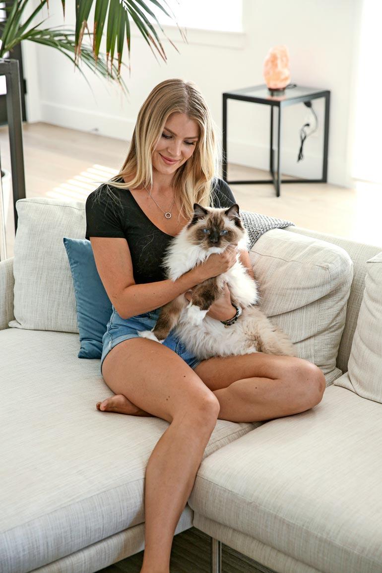 Pia Bob-kissansa kanssa uudessa kodissa.