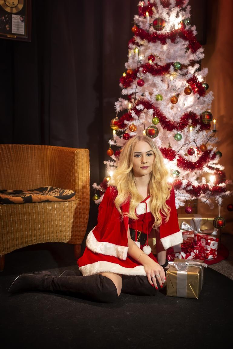 19-vuotias Helmi Loukasmäki on tulikuuma tonttutyttö. Nuori vaaleaverikkö suostui Seiskan joulukuvauksiin Dannyn Kirkkonummen kivilukaalissa.
