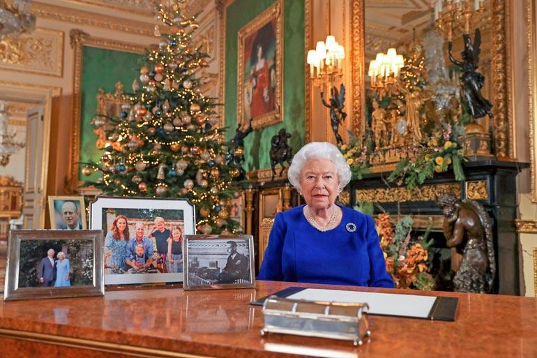 Kuningatar piti ensimmäisen televisioidun joulupuheensa vuonna 1957. Se tulee ulos joulupäivänä kello 15, ja sen katsominen kuuluu lähes jokaisen britin joulunviettoon.