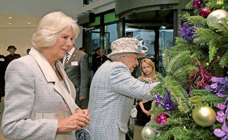 Elisabet lahjoittaa kaikille Ison-Britannian suurimmille kirkoille joulukuuset.