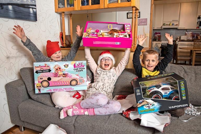 Halikon Prisma ja Seiska yllättivät Jalosen perheen joululahjoin ja -ruuin. Helmiina, Vivian ja Justus iloitsivat uusista leluistaan.