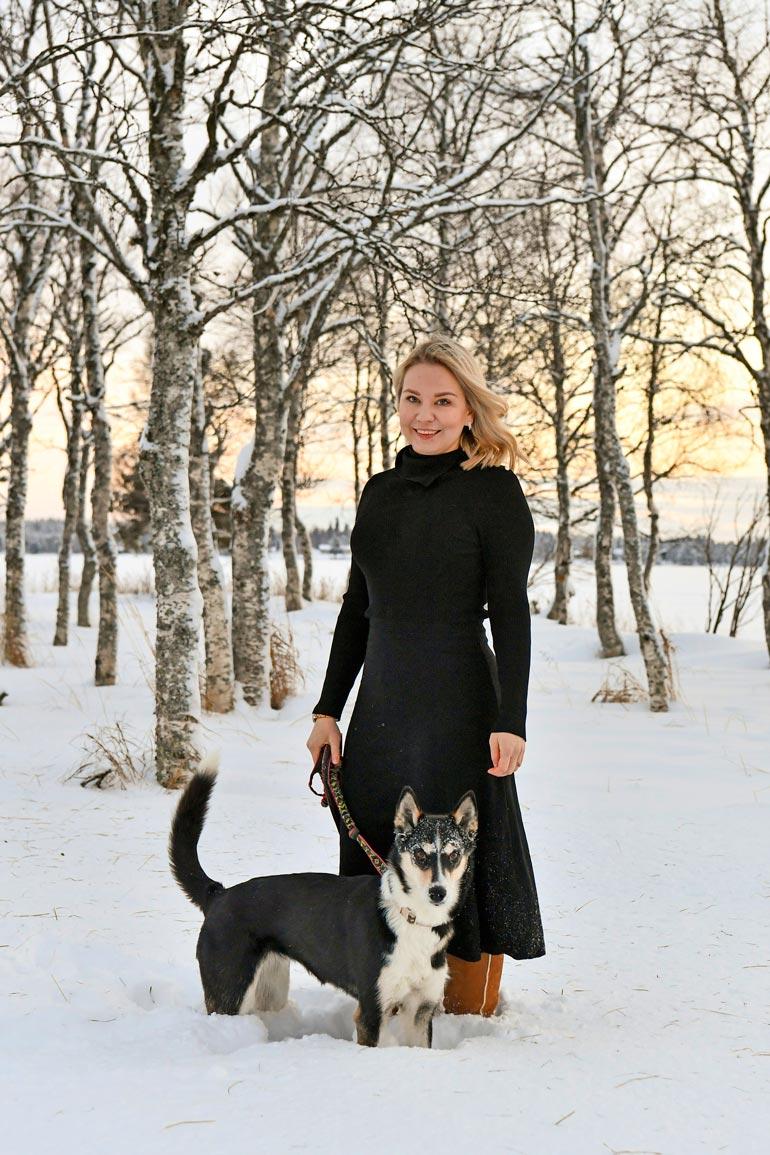 Virolaissyntyinen mutta jo kouluaikoina Suomen kansalaisuuden saanut Sirly Ylläsjärvi nauttii elämästään Lapissa. – Rakastan lasketella ja hiihtää! Lisäksi perhokalastan ja touhuan muutenkin kaikenlaista luonnossa.