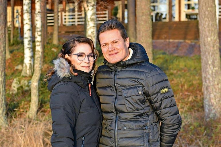 Ikionnelliset Satu, 34, ja Sami Kapanen, 47, ovat olleet naimisissa vuodesta 2015. – Tuntuu, että parisuhteemme vain paranee ajan myötä, aviopari myhäilee Seiskalle.
