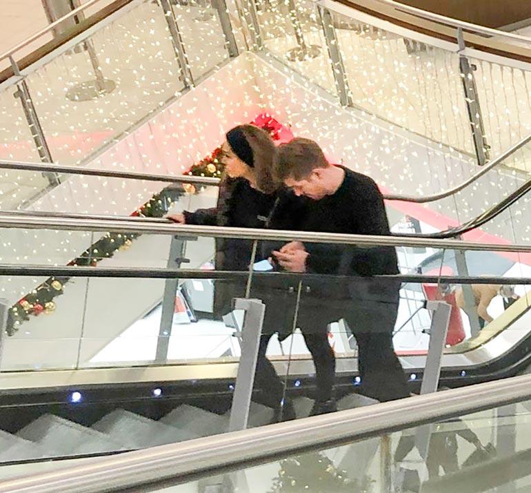 Jouluostoksilla Vantaan Jumbossa pari liikkui ilman maskeja. Kaksikko vaikutti eksyneeltä.