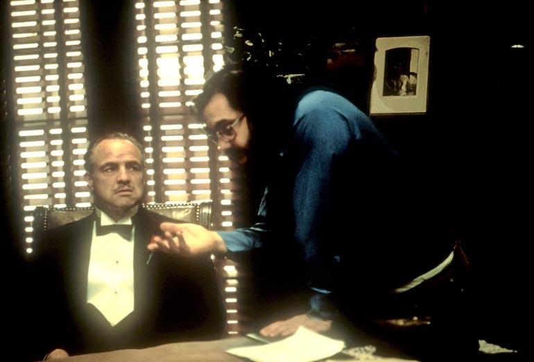 Mestari ohjaamassa mestaria. Marlon Brando ja Coppola Kummisedän avauskohtauksen kimpussa.
