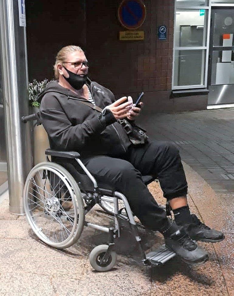 Entisen aikuisviihdetähden jalat eivät kestäneet ylipainoa. Henkka joutui äskettäin pariksi viikoksi pyörätuoliin.