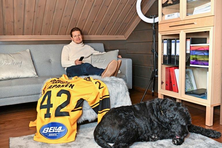 Sami Kapanen katselee Kasperi-poikansa öisiä edesottamuksia NHL:ssä miesluolassaan Pohjois-Savossa.