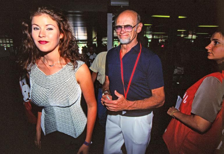 Pelimies on erimies. Spedellä piisasi tunnetusti silmää naiskauneudelle. Kuvassa silmää vinkkaava viihdepioneeri kuvattuna kesällä 1997.