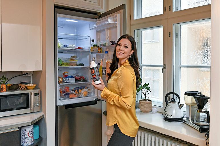 Viivi suostui paljastamaan Seiskalle myös jääkaappinsa sisällön. – Ruokaa siellä ei juuri ole, mutta skumppaa ja Siipiweikkojen soosia löytyy aina, tamperelaiskaunotar nauraa.