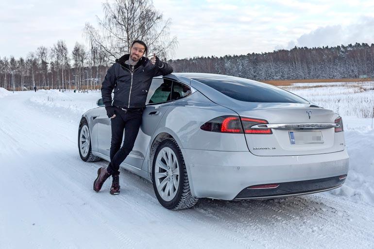 Jupe hankki autonsa oopperalaulaja Mika Pohjosen autokaupasta.
