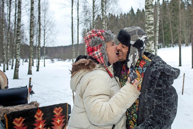 """Anna salmiakkisuukko, rakas! Aryan """"Arska"""" Mishra, 33, yllätti totaalisesti Wilma Schlizewskin, 62, kosimalla tätä Espoon Nuuksiossa. – Vastasin heti myöntävästi, Wilma myhäilee."""