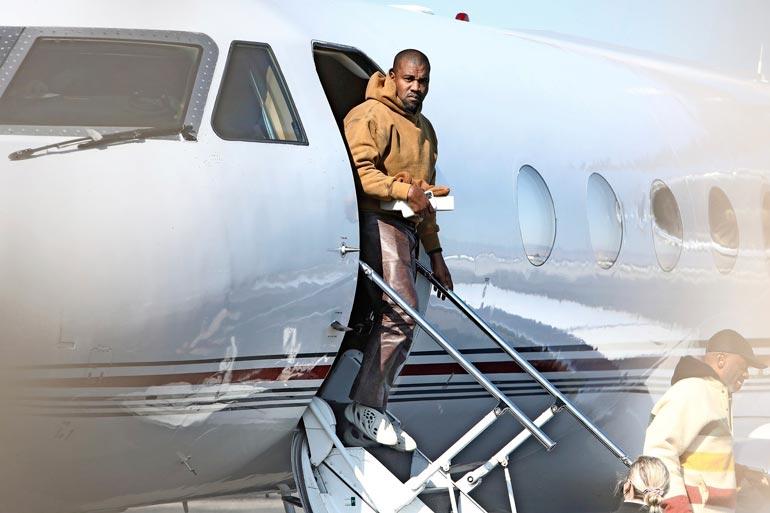 Kanye West palasi yksityiskoneella Kaliforniaan pitkän tauon jälkeen.