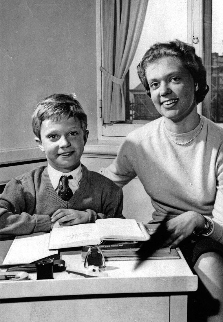Kaarle Kustaan ja Birgitan ikäero näkyy nykykuvia selvemmin vuoden 1956 kuvassa. Kuningas haluaa pitää isosiskostaan huolta tämän viimeiset vuodet.