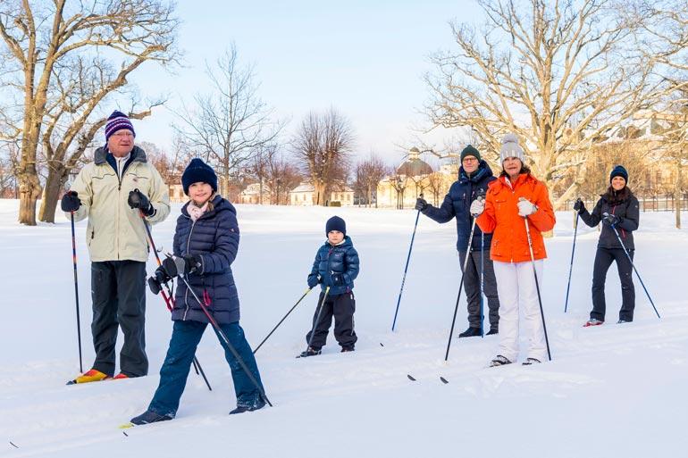 Tukholmassakin on poikkeuksellisen luminen talvi, mikä on saanut kuningasperheen ja kaupungin asukkaat kaivamaan sukset esiin varastojen nurkista.