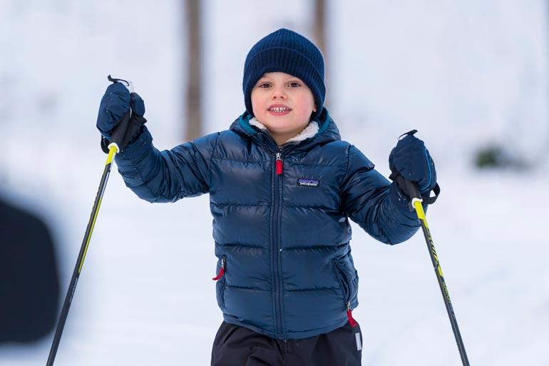 Pikkuprinssi Oscar nautti talvipäivästä ja oli suksien päällä kuin kokeneempikin tekijä.