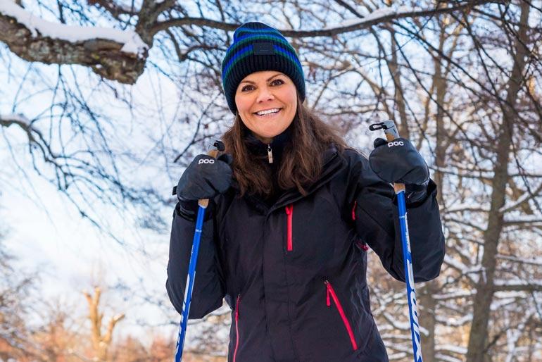 Ruotsin tuleva hallitsija sai punaiset posket hiihdellessään vanhempiensa ja lastensa seurassa Drottningholmenin palatsin puistossa.