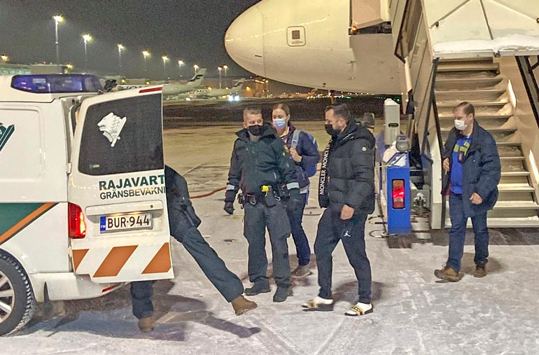 Siviilipoliisit saattelivat kohuliikemiehen heti koneen laskeuduttua rajavartiolaitoksen pakettiautomalliseen limusiiniin.