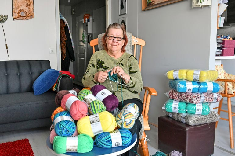 Novita lahjoitti Reijalle 32 kiloa värikkäitä villalankoja.