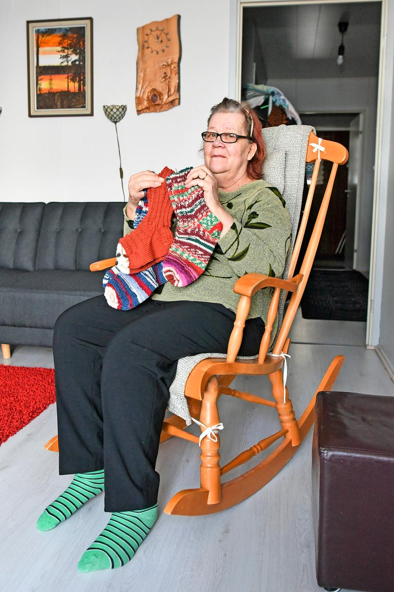 Tuhansia sukkapareja kutonut Reija on lahjoittanut töitään sekä synnytysosaston vauvoille että Venäjän vankiperheille.