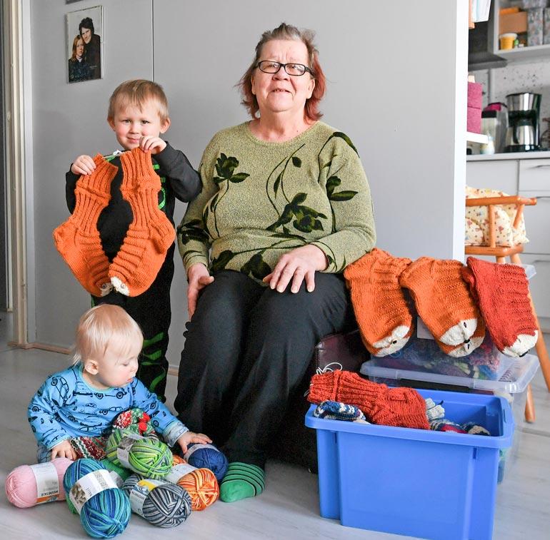 Reija-mummu on kutonut villasukkia vuosikymmeniä. Perheenjäsenten, sukulaisten ja tuttavien hyllytila ei enää sukille riitä.