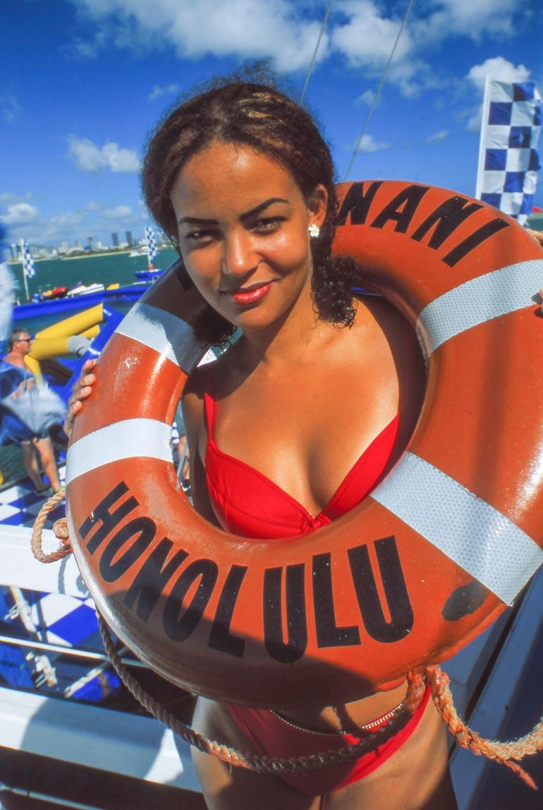 Leikkisä Lola poseerasi pelastusrenkaan kanssa Honolulun helteessä.
