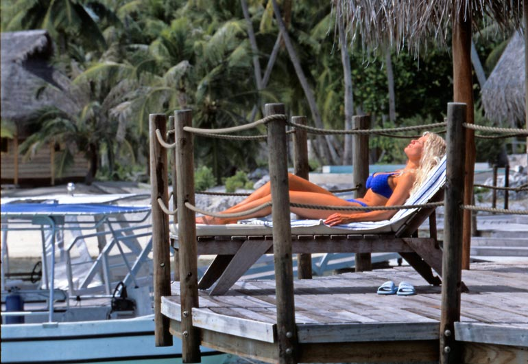 Suomalaiskaunottaren luksusbungalow sijaitsi meren päällä. Kuvausten välissä Linda rentoutui aurinkoisella terassillaan.