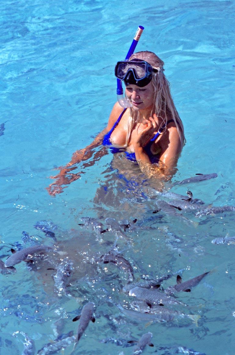 – Syön kalaa, jonka rasva on hyväksi iholle ja hiuksille, Linda tiesi. Sukeltelu oli kuitenkin huvia kalenterikuvausten tauolla eikä sentään ruuanhankintaa.