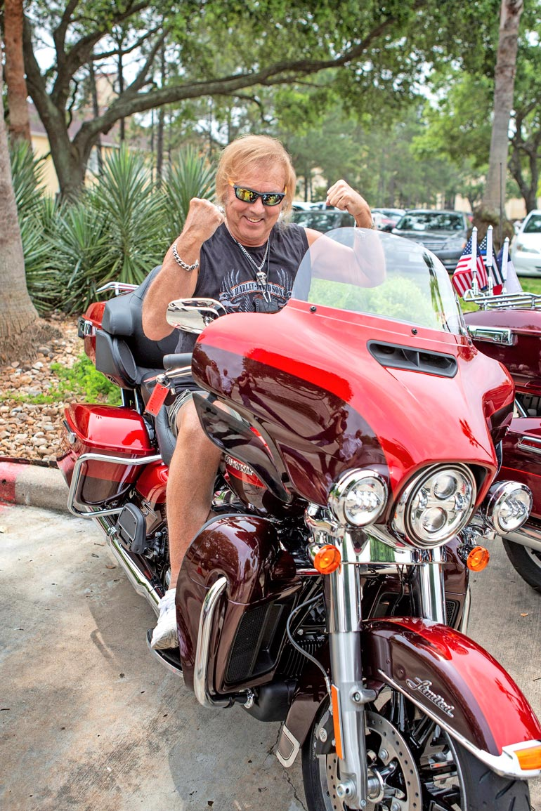 Kohta tekee kipeää! Vain muutama hetki kuvan ottamisen jälkeen Harley-Davidson kaatui ja Danny loukkasi jalkansa.