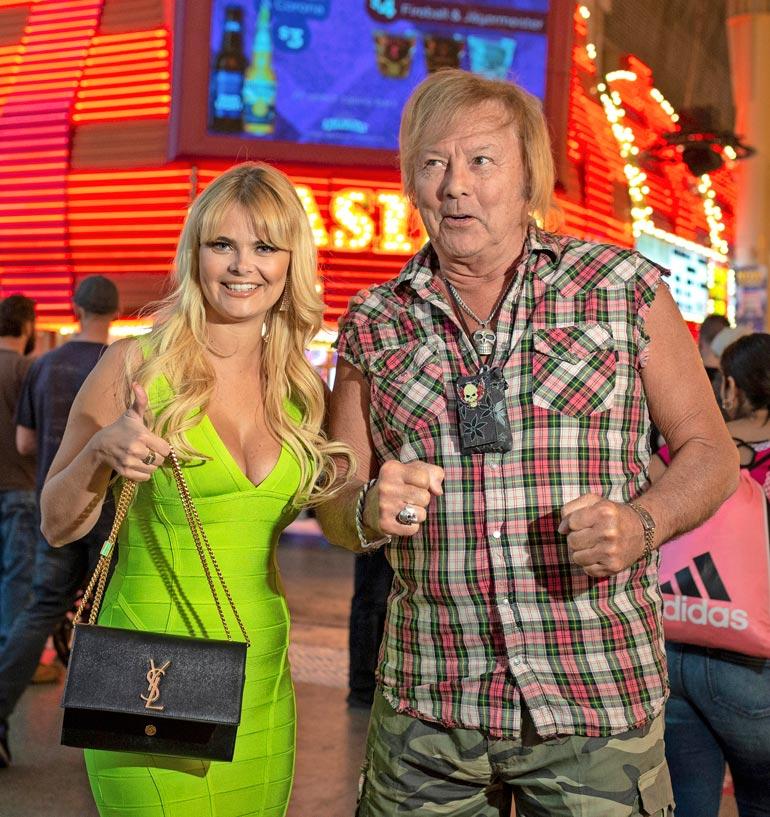 Dannyn silloinen puoliso Erika herätti runsaasti huomiota Las Vegasin neonvalojen loisteessa.