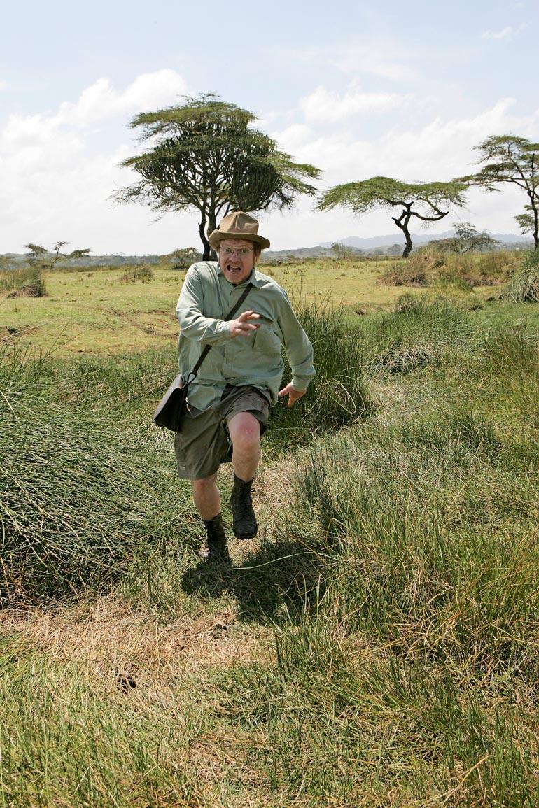 """Heikki Silvennoinen pinkoi hirmuista paviaania pakoon. Peto oli tosin kuvitteellinen, ja sitä """"näytteli"""" elokuvan Afrikan-osuuden ohjaaja Jouni Mutanen."""