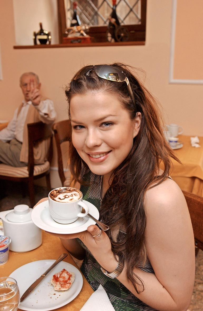 Suomen kauneimmaksi poppariksi valittu laulaja ihastutti jopa kahvilan tarjoilijan. Jennin kahviin oli kirjailtu love-sana.
