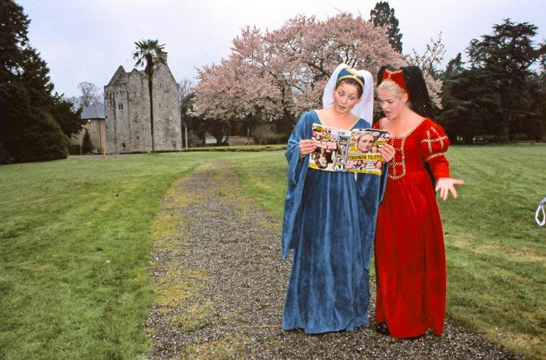 Erin ja Jonna pukeutuivat kuvauksia varten irlantilaisiksi linnanneidoiksi 1600-luvun tapaan.