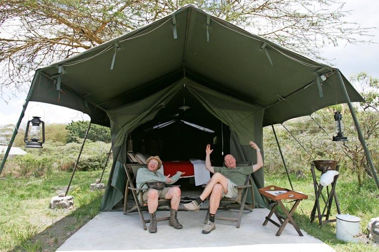 Kummelit asuivat vanhassa armeijateltassa. Puusee sekä suihku sijaitsivat teltan takana.