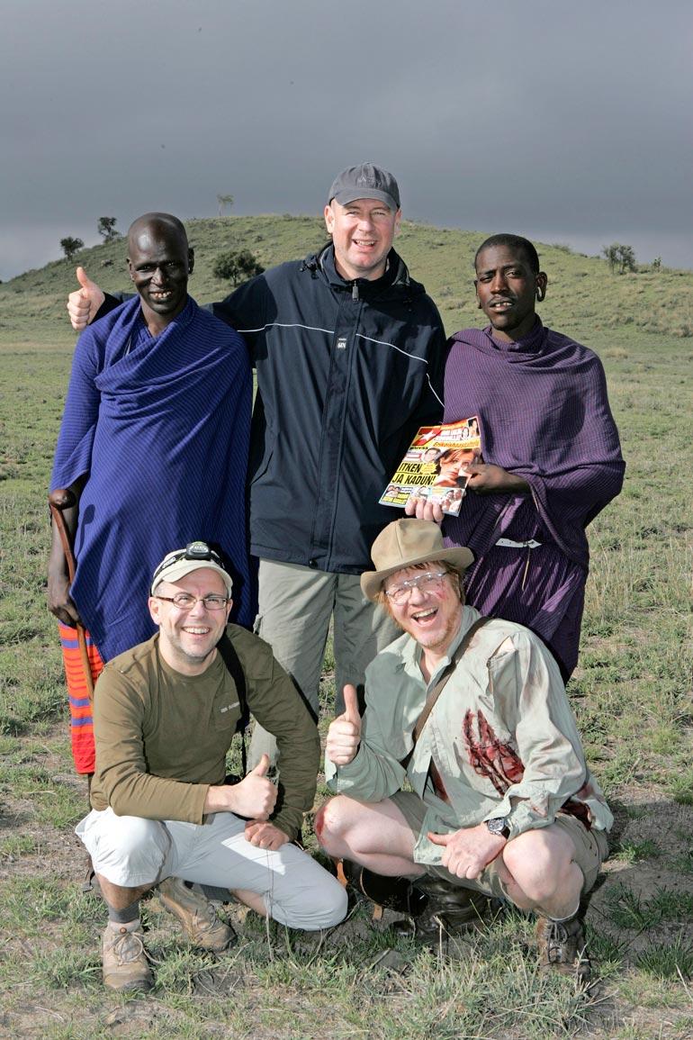 Kummelit kohtasivat aidot masai-heimon miehet Afrikassa. Toinen masaista nappasi Seiskan käteensä ja katseli värikästä lehteä ihmeissään.