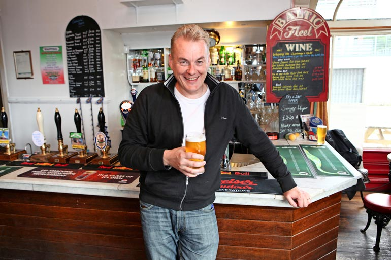 Arton suosikkiharrastus jalkapallon ohella on oluesta nauttiminen. Siihen riitti mahdollisuuksia Liverpoolin pubeissa.
