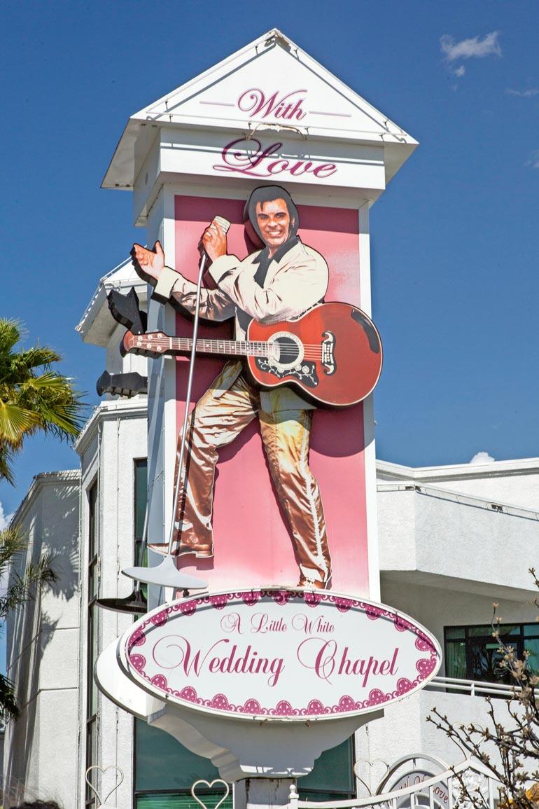 Pikavihkiminen onnistuu Las Vegasissa helposti. Danny ja Erika kävivät huvikseen katsastamassa tienvarsikirkon, jossa papin aamenen olisi lausunut itse Elvis Presley!