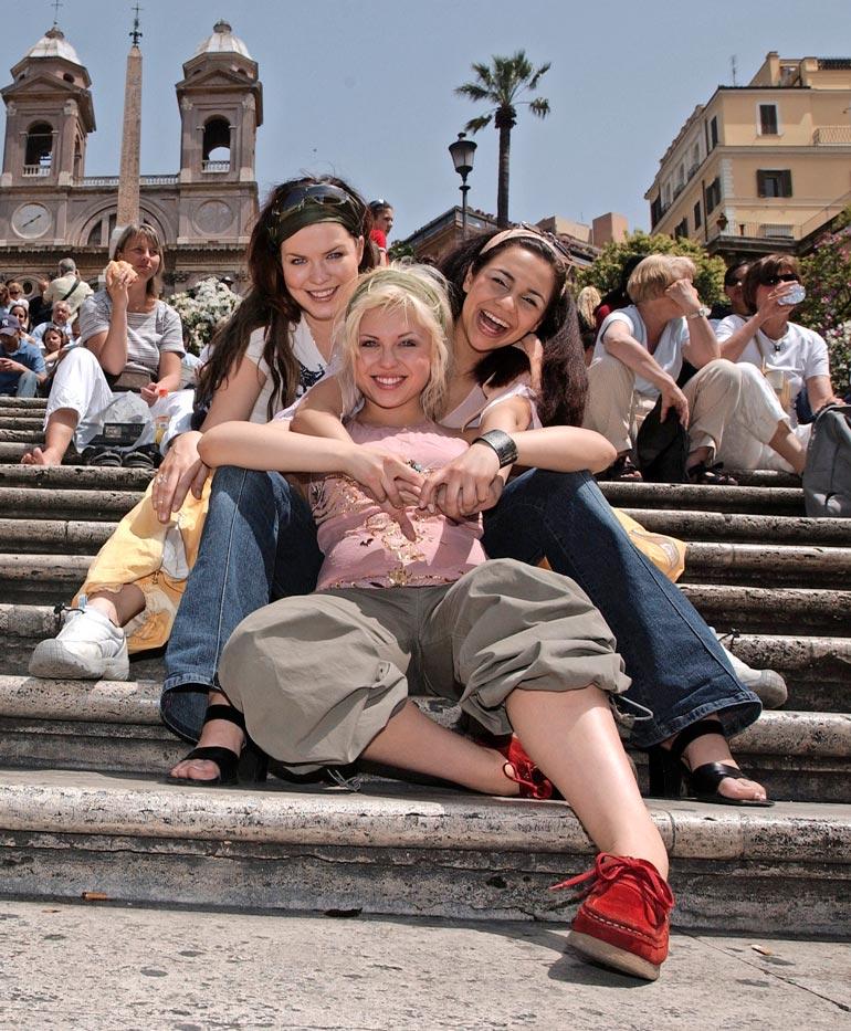 Iloa hehkuvat Jenni, Susanna ja Ushma halasivat toisiaan espanjalaisilla portailla. Kolmikko heittäytyi Suklaasydän-kappaleen tahteihin.