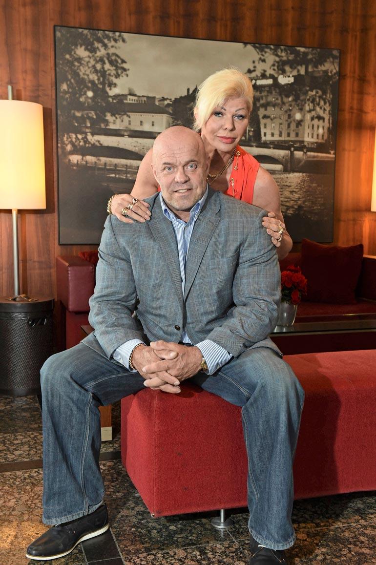 Tallinnassa asuvat Tiina ja Tape ovat olleet naimisissa yli kymmenen vuotta. Seiska uutisoi pariskunnan asumuserosta vuonna 2019.