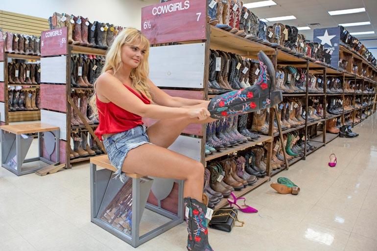Las Vegasin ostoskeitaissa Erika sovitti korkkarisandaaliensa sijaan buutseja.