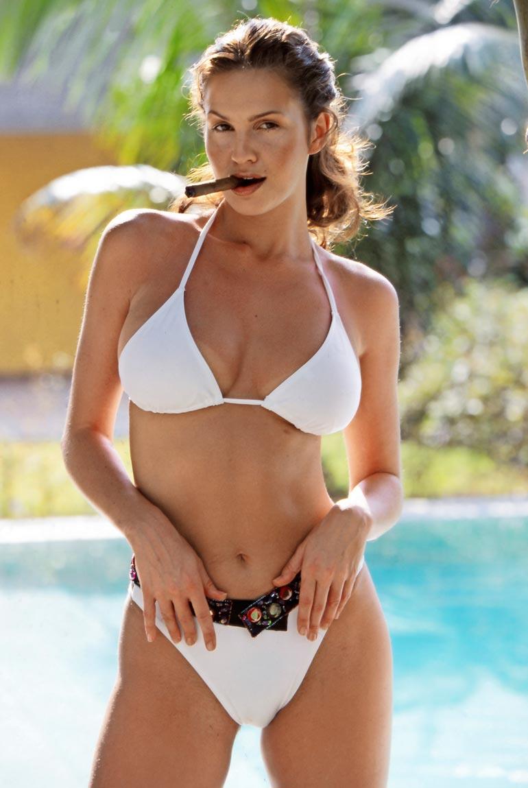 Sikari suussa ja bikinit ratkeamispisteessä poseerannut Janina Frostell, 26, sytytti suorastaan lehtihyllyt palamaan kevättalvella 2000. Tuolloin ilmestynyt Seiska revittiin käsistä.