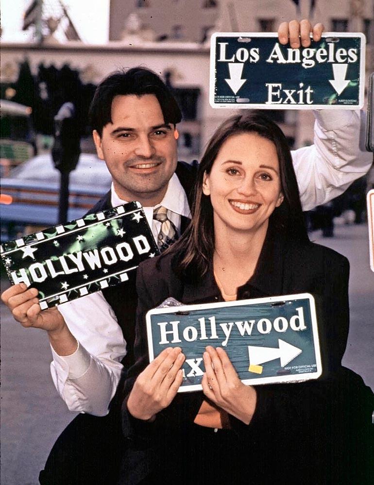 Teemu juonsi ja tuotti suoraan Los Angelesista Ylellä esitettyä Hollywood Xpressiä. Moni muistaa miehen myös vuosina 2000–2003 esitetystä Älä katso -ohjelmasta. Kuvassa juontajaparina Johanna Juntunen.