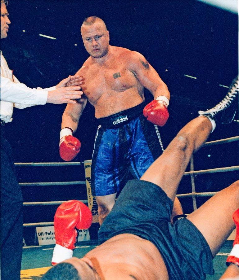 Ammattilaisten raskaansarjan suomenmestarina Tony tyrmäsi yhdysvaltalaisen Ken Woodsin marraskuussa 1998.
