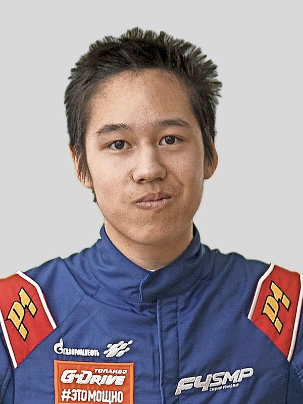 Max oli nuorempana kiinnostunut vain tietokoneista, mutta on viime vuosina halunnut kilpa-ajajaksi.