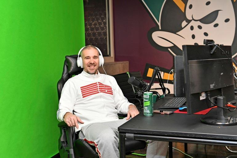 Aleksi juontaa Valavuori LIVE -ohjelmaansa studionsa green screeniä vasten. Sen avulla hän saa luotua ohjelmastaan juuri sen näköisen kuin haluaa.