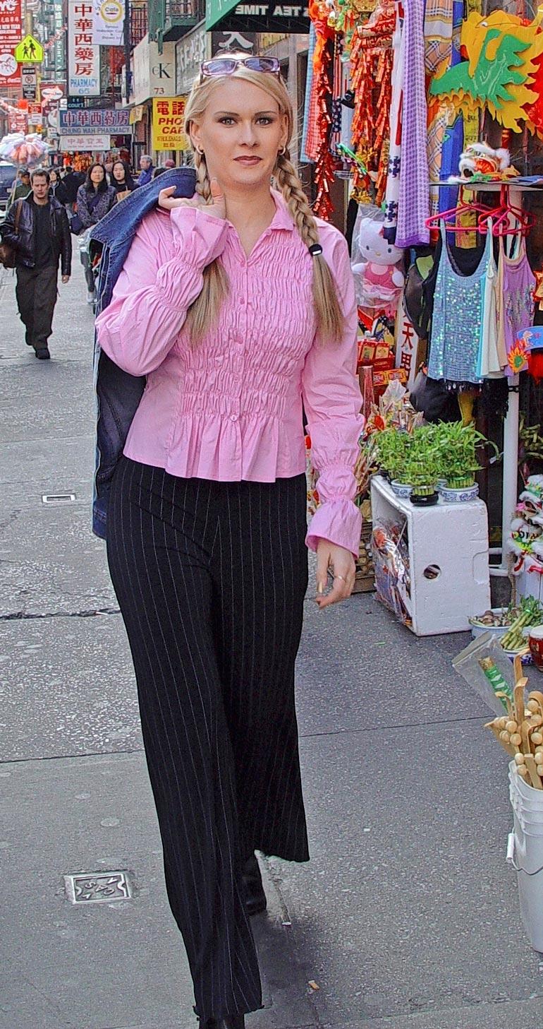 Vaalea suomalaismissi herätti huomiota kävellessään pitkin China- townin katuja.